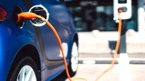Un vehículo eléctrico recarga energía.